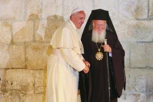 Francois-et-Bartholomeos-renouvellent-l-accolade-de-la-Paix-a-Jerusalem_article_popin
